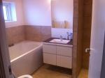 Forældre-badeværelse. Skøøøønt med badekar!