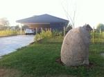 Indkørslen med den største sten, der blev gravet ud ved fundamentets begyndelse.